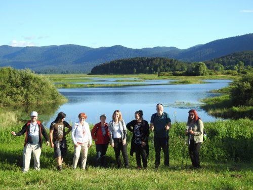 skupinska fotografija na jezeru
